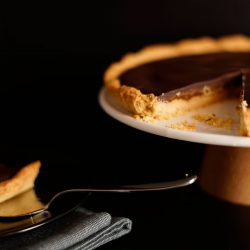 Vegan caramel shortbread taart